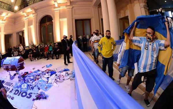 Choáng váng trước cảnh hàng vạn người Argentina nối đuôi nhau cả cây số để vào viếng Maradona: Số người tiễn đưa Cậu bé vàng ước tính lên tới cả triệu-3