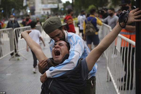 Choáng váng trước cảnh hàng vạn người Argentina nối đuôi nhau cả cây số để vào viếng Maradona: Số người tiễn đưa Cậu bé vàng ước tính lên tới cả triệu-5