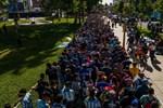 Choáng váng trước cảnh hàng vạn người Argentina nối đuôi nhau cả cây số để vào viếng Maradona: Số người tiễn đưa 'Cậu bé vàng' ước tính lên tới cả triệu