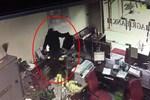 CLIP: 3 phút thanh niên bịt mặt 'đại náo' phòng giao dịch ngân hàng ở Đồng Nai