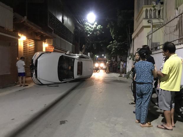 Xế hộp đâm gãy cột điện rồi lật nghiêng giữa đường, người trong xe bò ra từ cửa sổ trời-2