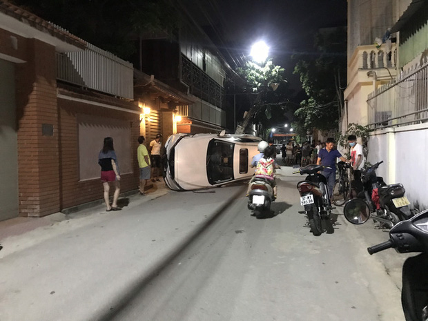 Xế hộp đâm gãy cột điện rồi lật nghiêng giữa đường, người trong xe bò ra từ cửa sổ trời-7