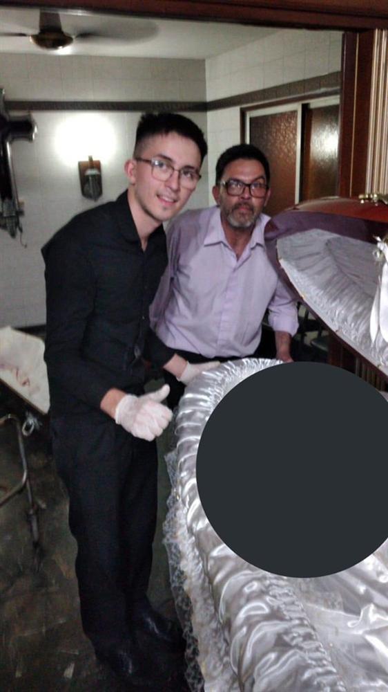 Nhân viên tang lễ gây phẫn nộ vì chụp ảnh đặt tay lên thi hài Maradona: Luật sư của Cậu bé vàng thề bắt những kẻ vô lại phải trả giá trước pháp luật-2