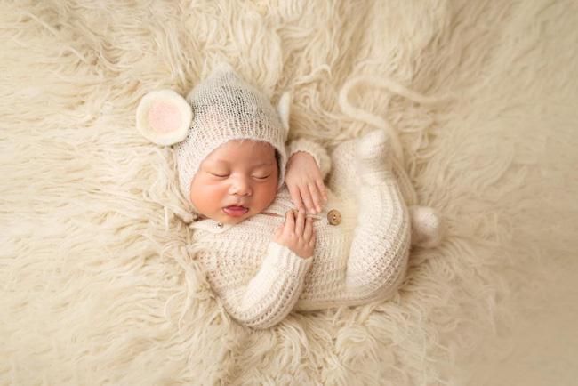 Á hậu Thúy Vân khoe ảnh con trai có hành động lạ khiến mọi người thích thú, đa số trẻ sơ sinh không làm được-1