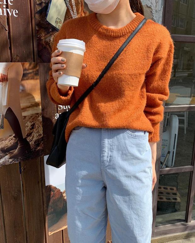 Để style thu đông bớt nhàm chán, đừng quên những chiếc áo len màu nổi-9