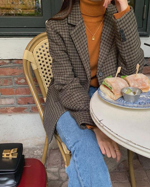 Để style thu đông bớt nhàm chán, đừng quên những chiếc áo len màu nổi-10