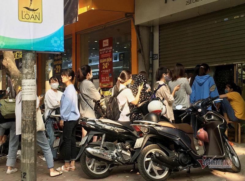 Hà Nội: Hàng trăm người xếp hàng, tranh mua 3 suất giảm giá 70%-1