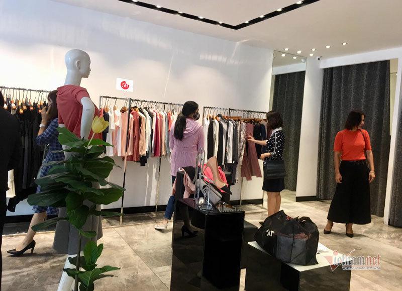 Hà Nội: Hàng trăm người xếp hàng, tranh mua 3 suất giảm giá 70%-12