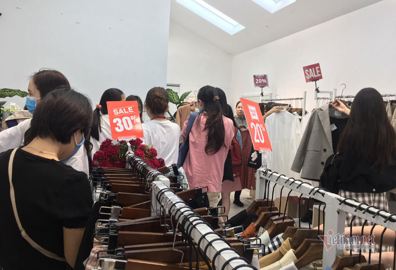 Hà Nội: Hàng trăm người xếp hàng, tranh mua 3 suất giảm giá 70%-4