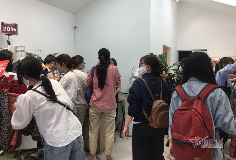 Hà Nội: Hàng trăm người xếp hàng, tranh mua 3 suất giảm giá 70%-5