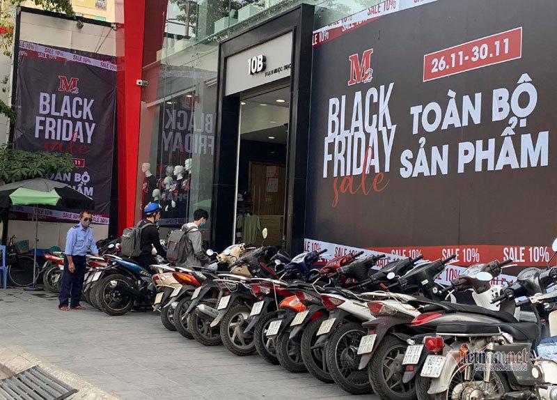 Hà Nội: Hàng trăm người xếp hàng, tranh mua 3 suất giảm giá 70%-7