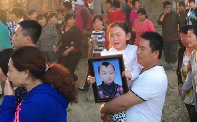 Đứa bé trong tranh Tết kiếm tiền nuôi cả gia đình rồi đột ngột qua đời, tất cả chỉ vì một câu nói của mẹ ruột-10