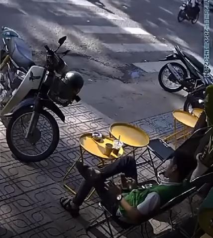 Clip thót tim: Đang ngồi nhâm nhi cà phê vỉa hè thì gặp tai nạn hy hữu, người đàn ông thoát chết thần kỳ khiến tất cả ngỡ ngàng-1