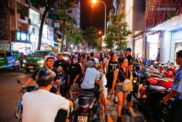 22h khuya nhưng người Sài Gòn vẫn tấp nập săn sale, tranh thủ hốt những món đồ ưng ý trước khi kết thúc ngày Black Friday-1