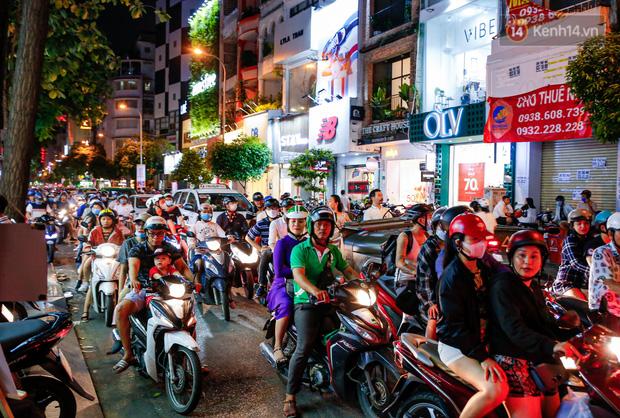 22h khuya nhưng người Sài Gòn vẫn tấp nập săn sale, tranh thủ hốt những món đồ ưng ý trước khi kết thúc ngày Black Friday-2