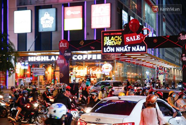 22h khuya nhưng người Sài Gòn vẫn tấp nập săn sale, tranh thủ hốt những món đồ ưng ý trước khi kết thúc ngày Black Friday-3