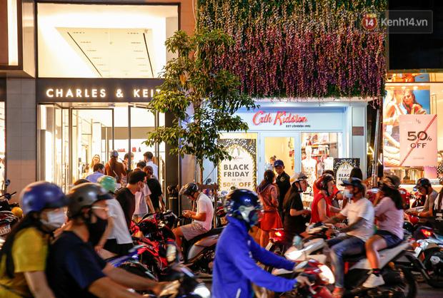22h khuya nhưng người Sài Gòn vẫn tấp nập săn sale, tranh thủ hốt những món đồ ưng ý trước khi kết thúc ngày Black Friday-4