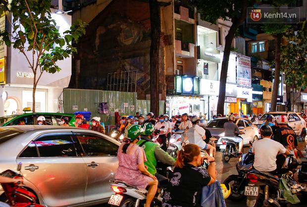 22h khuya nhưng người Sài Gòn vẫn tấp nập săn sale, tranh thủ hốt những món đồ ưng ý trước khi kết thúc ngày Black Friday-5