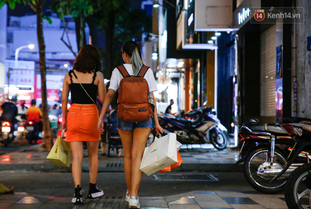 22h khuya nhưng người Sài Gòn vẫn tấp nập săn sale, tranh thủ hốt những món đồ ưng ý trước khi kết thúc ngày Black Friday-6