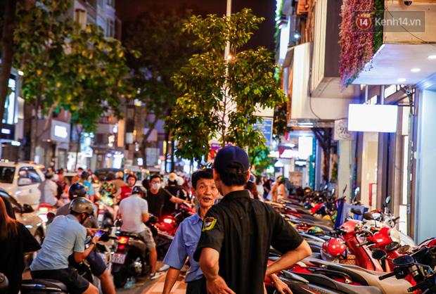 22h khuya nhưng người Sài Gòn vẫn tấp nập săn sale, tranh thủ hốt những món đồ ưng ý trước khi kết thúc ngày Black Friday-7