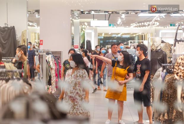 22h khuya nhưng người Sài Gòn vẫn tấp nập săn sale, tranh thủ hốt những món đồ ưng ý trước khi kết thúc ngày Black Friday-10