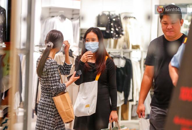 22h khuya nhưng người Sài Gòn vẫn tấp nập săn sale, tranh thủ hốt những món đồ ưng ý trước khi kết thúc ngày Black Friday-11