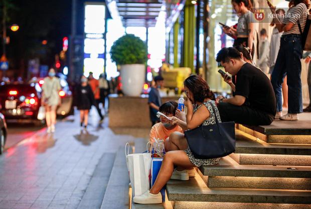 22h khuya nhưng người Sài Gòn vẫn tấp nập săn sale, tranh thủ hốt những món đồ ưng ý trước khi kết thúc ngày Black Friday-14