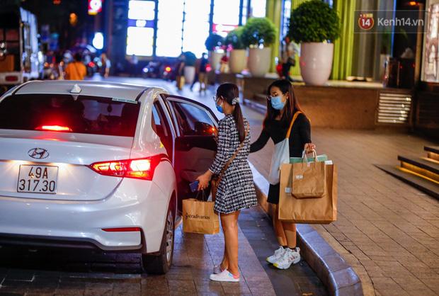 22h khuya nhưng người Sài Gòn vẫn tấp nập săn sale, tranh thủ hốt những món đồ ưng ý trước khi kết thúc ngày Black Friday-15