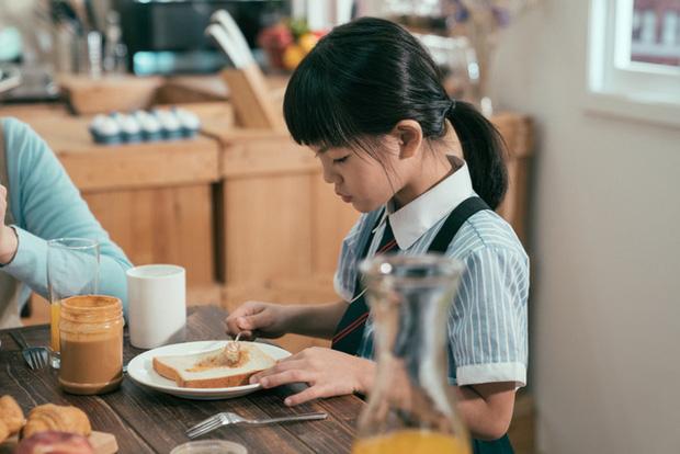 Từ phong cách giáo dục trên bàn ăn của cha mẹ Hàn Quốc và Mỹ, làm sao để nuôi dạy những đứa trẻ không-vô-ơn?-1