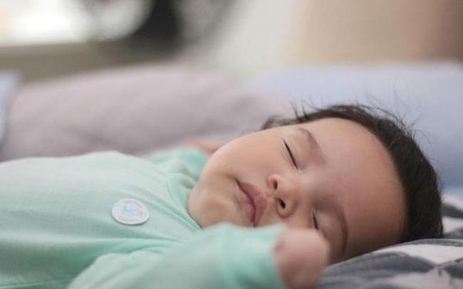 Để đèn ngủ chăm trẻ sơ sinh rất thuận tiện, nhưng các mẹ sẽ không dám làm thế nữa sau khi biết 4 hiểm họa khôn lường này-3