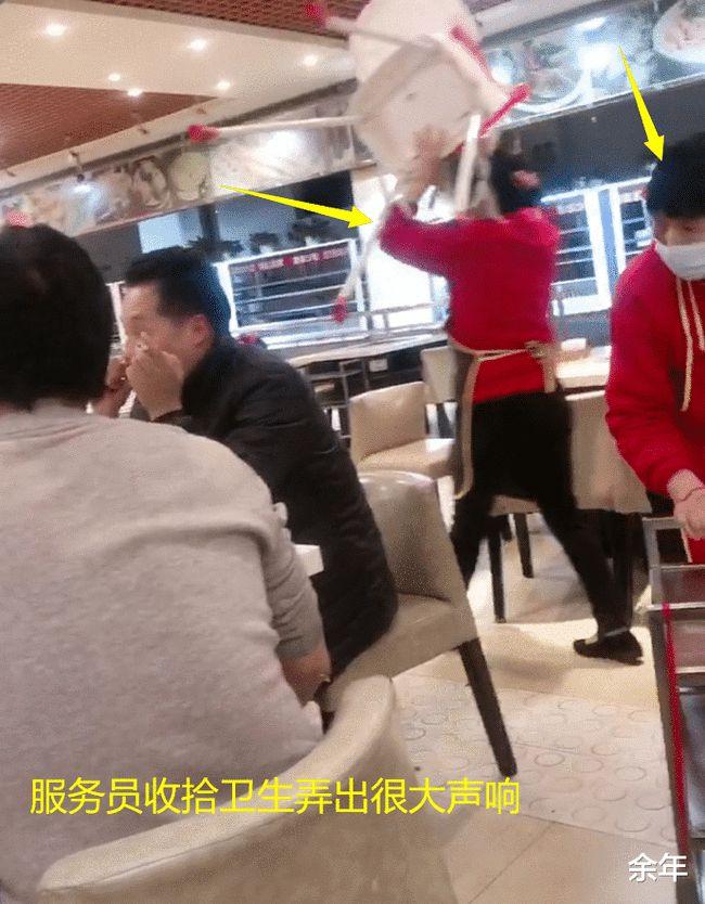 5 vị khách đang ăn lẩu nhưng lại bị 9 nhân viên trong nhà hàng nhìn chằm chằm và câu chuyện gây tranh cãi-2
