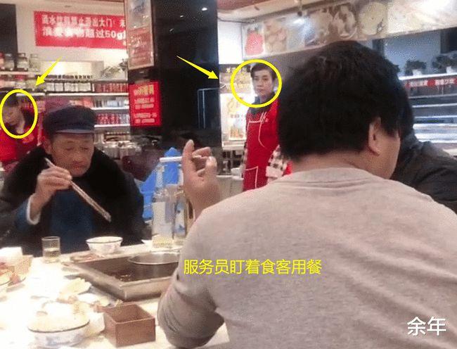 5 vị khách đang ăn lẩu nhưng lại bị 9 nhân viên trong nhà hàng nhìn chằm chằm và câu chuyện gây tranh cãi-4