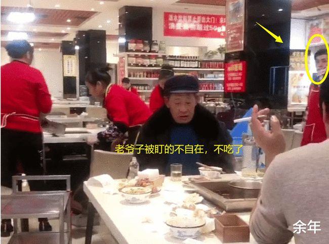 5 vị khách đang ăn lẩu nhưng lại bị 9 nhân viên trong nhà hàng nhìn chằm chằm và câu chuyện gây tranh cãi-5