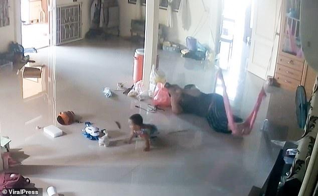 Nằm xem điện thoại để con trai 1 tuổi bò trên sàn nhà, bà mẹ cứu con thoát khỏi Tử thần trong tích tắc, cảnh hiện trường khiến ai cũng rụng tim-2