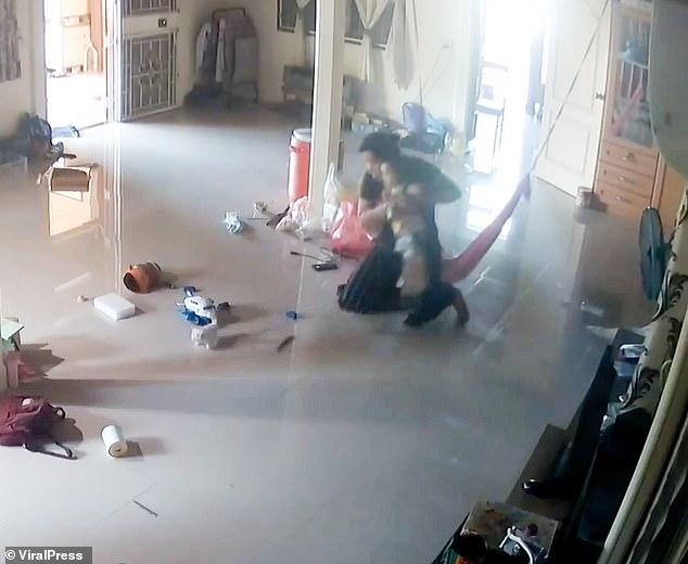 Nằm xem điện thoại để con trai 1 tuổi bò trên sàn nhà, bà mẹ cứu con thoát khỏi Tử thần trong tích tắc, cảnh hiện trường khiến ai cũng rụng tim-3