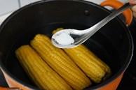 Chỉ luộc ngô với nước thật thiếu sót, thêm 4 thứ nữa ngô ngọt, thơm hơn bán ngoài đường