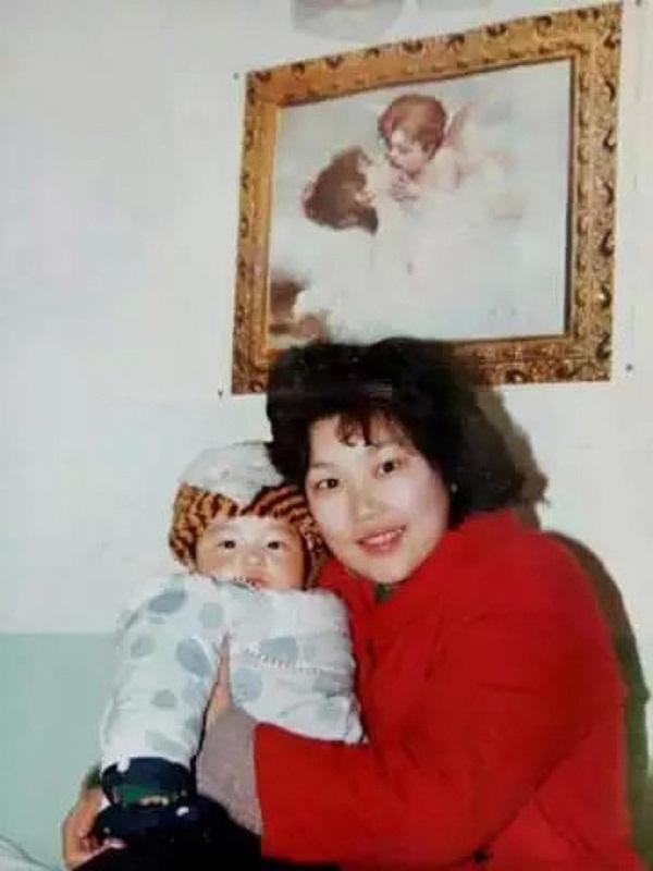 Con sinh ra bị khiếm khuyết, mẹ chấp nhận ly hôn một mình nuôi đứa trẻ và ai cũng ngỡ ngàng với kết quả gần 30 năm sau-1