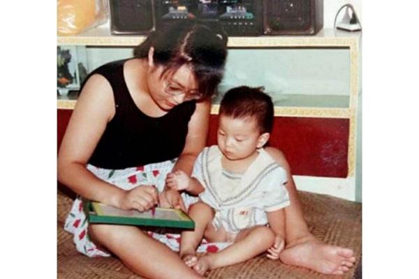 Con sinh ra bị khiếm khuyết, mẹ chấp nhận ly hôn một mình nuôi đứa trẻ và ai cũng ngỡ ngàng với kết quả gần 30 năm sau-3