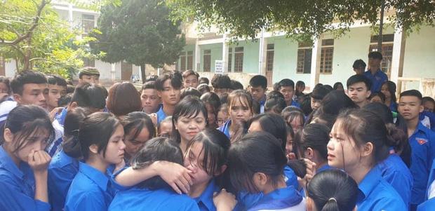 Cả ngàn thầy cô và học sinh ở Nghệ An ôm nhau bật khóc ngay giữa sân trường-1