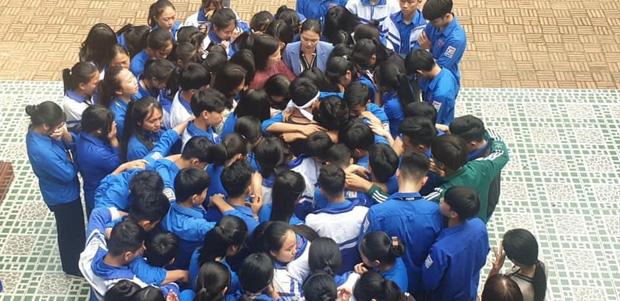 Cả ngàn thầy cô và học sinh ở Nghệ An ôm nhau bật khóc ngay giữa sân trường-2