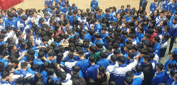 Cả ngàn thầy cô và học sinh ở Nghệ An ôm nhau bật khóc ngay giữa sân trường-4