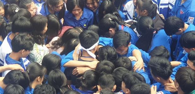 Cả ngàn thầy cô và học sinh ở Nghệ An ôm nhau bật khóc ngay giữa sân trường-6