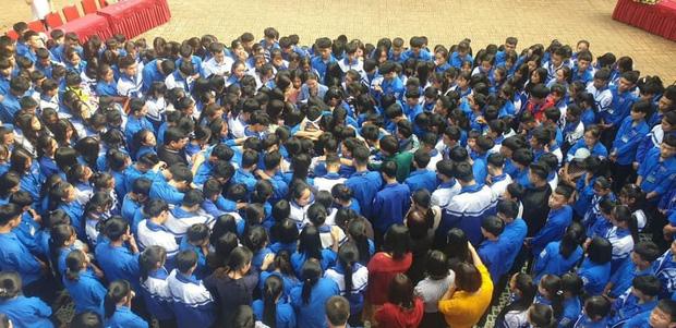 Cả ngàn thầy cô và học sinh ở Nghệ An ôm nhau bật khóc ngay giữa sân trường-5
