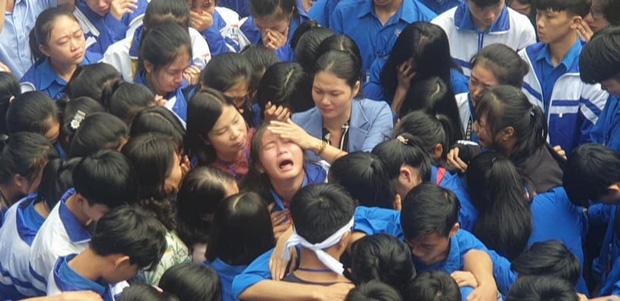 Cả ngàn thầy cô và học sinh ở Nghệ An ôm nhau bật khóc ngay giữa sân trường-3
