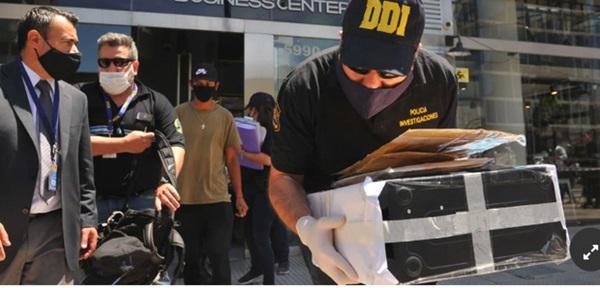 Bác sĩ của Maradona chịu cáo buộc làm người khác chết oan, văn phòng và nhà riêng bị cảnh sát ập vào khám xét-1