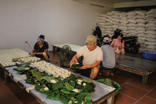 Gia đình 3 thế hệ làm bánh dày: Nửa đêm rầm rập giã, ngày hết 300kg gạo nếp-1