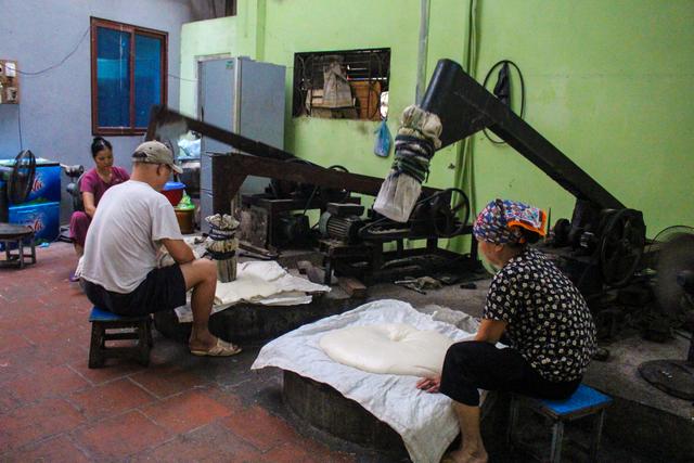 Gia đình 3 thế hệ làm bánh dày: Nửa đêm rầm rập giã, ngày hết 300kg gạo nếp-3