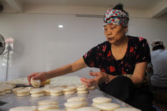 Gia đình 3 thế hệ làm bánh dày: Nửa đêm rầm rập giã, ngày hết 300kg gạo nếp-7
