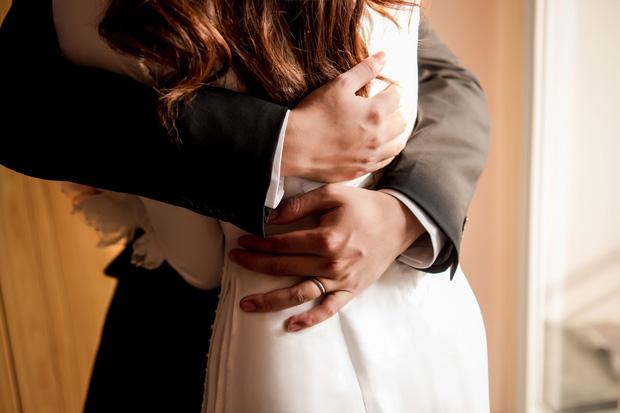 Lễ rước dâu Á hậu Tường San: Cô dâu đeo nhẫn kim cương khủng, kiên quyết không hé lộ dung mạo chú rể!-2