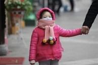 Mùa đông có hai bộ phận này của bé bị lạnh, nghĩa là cơ thể bé đã rất lạnh rồi! Mẹ đừng bỏ qua nhé